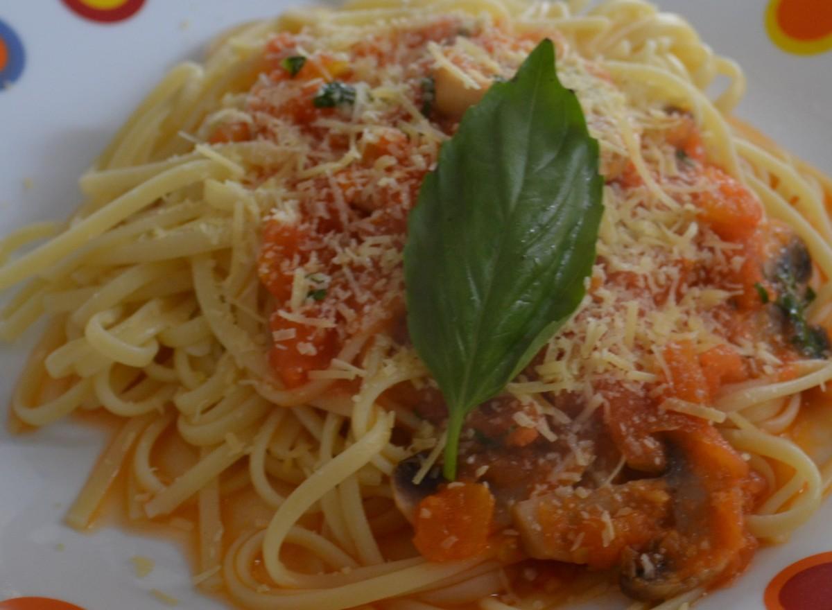 Spaghetti con salsa de tomate y champiñones