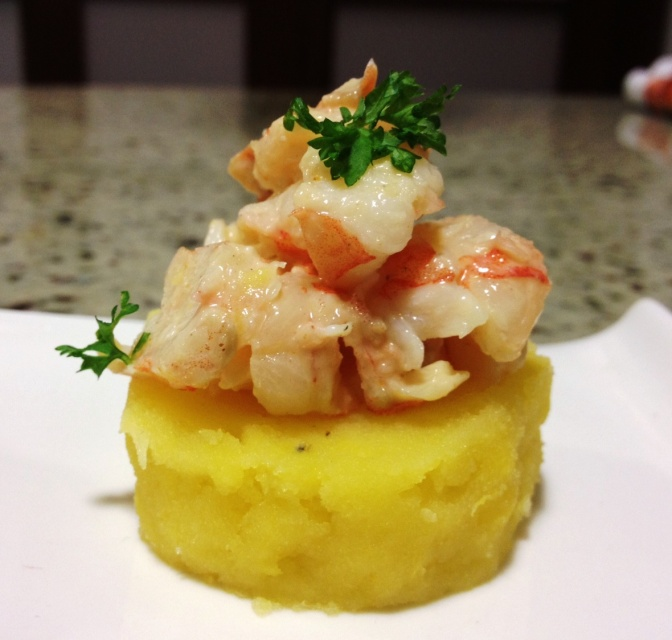 Causa con Langostinos y Aguacate