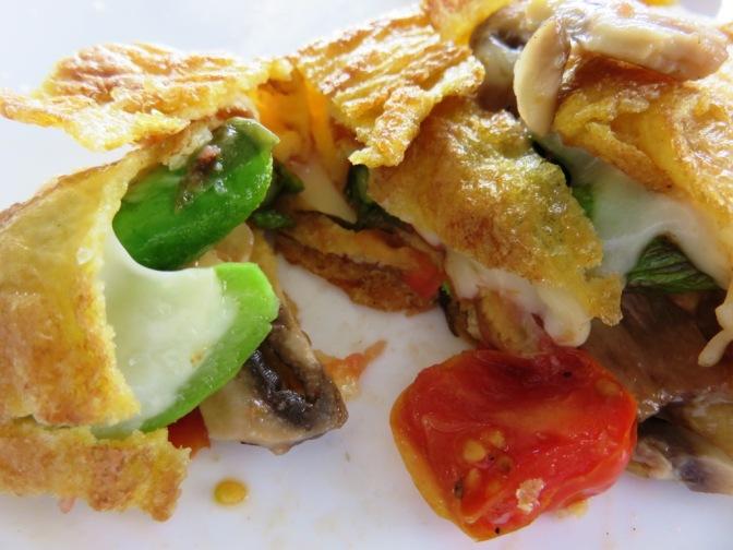 Omelette con espárragos y tomates